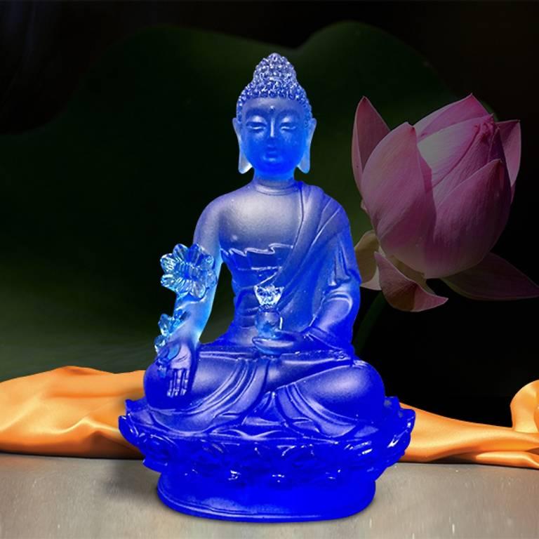 Trong tay ngài cầm một thân cây Aruma hoặc Myrobalan là đại diện cho tất cả các cây thuốc tốt nhất