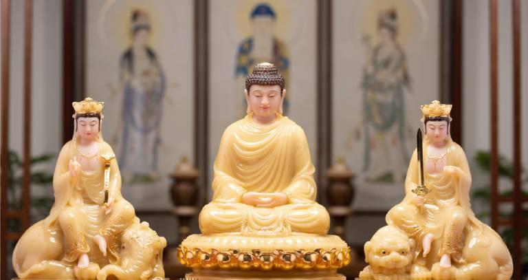 Hoa Nghiêm Tam Thánh bao gồm Đức Phật Thích Ca ở giữa, bên phải là Văn Thù Bồ tát cưỡi sư tử xanh và bên trái là Phổ Hiền Bồ tát cưỡi voi trắng sáu ngà