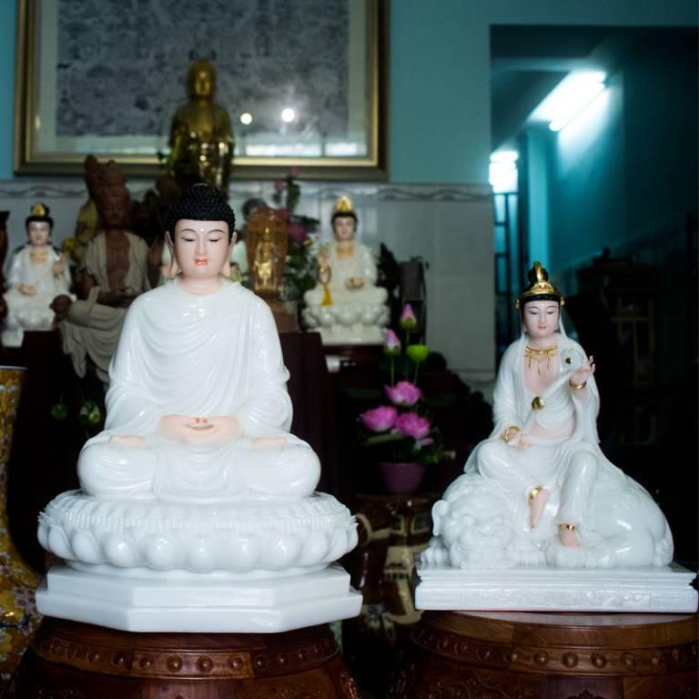 Tượng Phật ngồi trên đài sen thể hiện sự giải thoát, thanh tịnh, giúp chúng ta thoát khỏi tai họa, buồn đau
