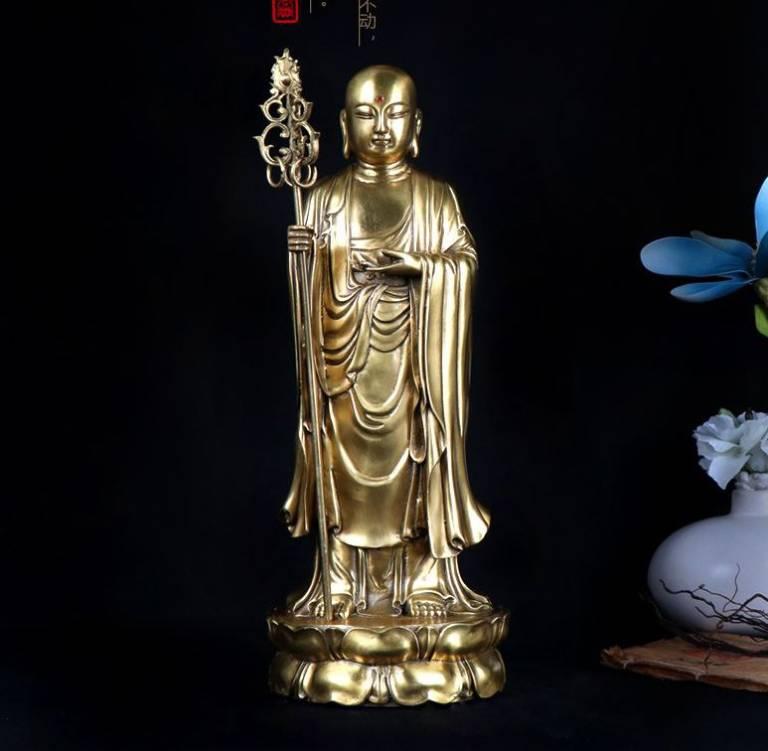 Tôn giả Mục Kiền Liên thường xuất hiện trong hình ảnh tay phải cầm tích trượng, thân mặc y vấn còn tay trái thì không cầm gì hoặc cầm bình bát