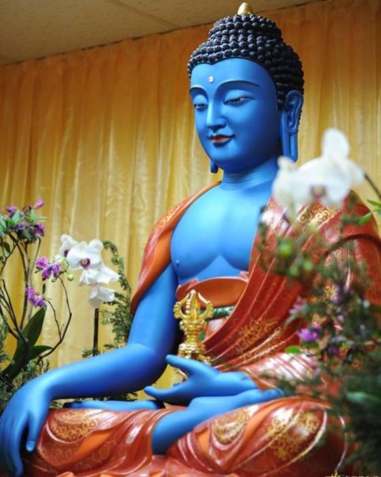 Phật A Súc Bệ có thân sắc màu xanh dương, Ngài là hiện thân của trí tuệ bản lai Đại viên cảnh trí