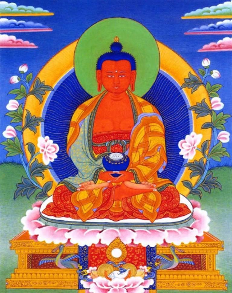 Trong Ngũ Phương Phật, Phật A Di Đà thân sắc đỏ rực, hai tài trong tư thế thiền định