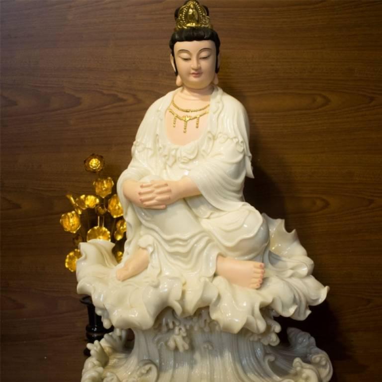 Quán Tự Tại Bồ tát tượng với dáng ngồi tùy ý không gò bó khuôn phép mang đến cảm giác thoải mái, tự do, giải thoát