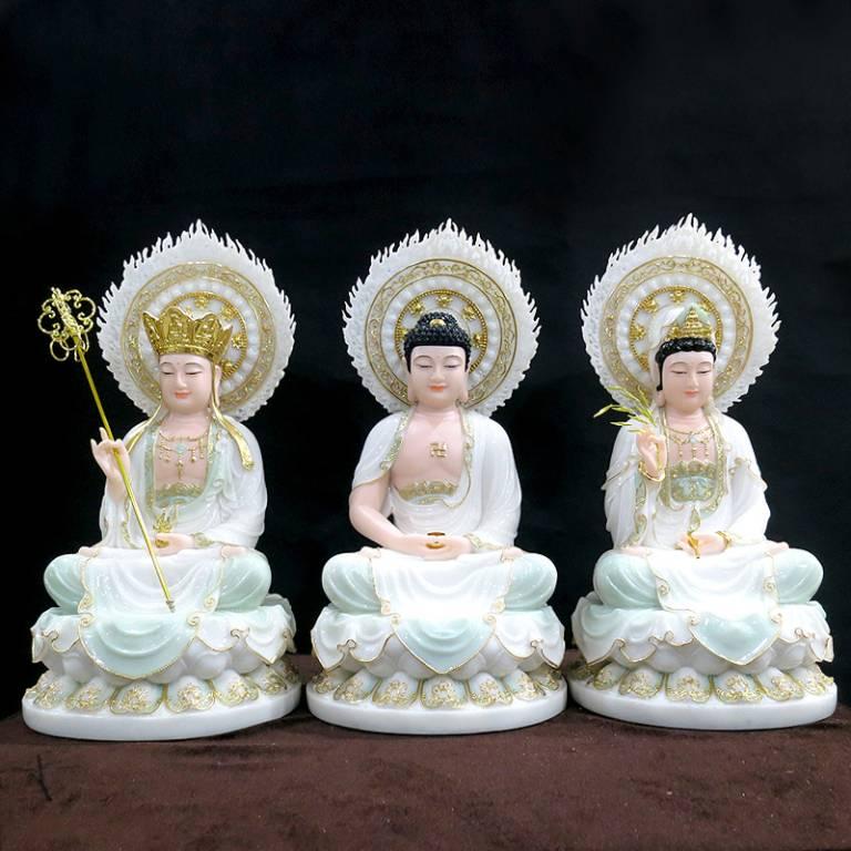 Ta Bà Tam Thánh gồm Tôn tượng Thích Ca Mâu Ni Phật ở giữa, bên phải là Quan Thế Âm Bồ tát, bên trái là Địa Tạng Bồ Tát