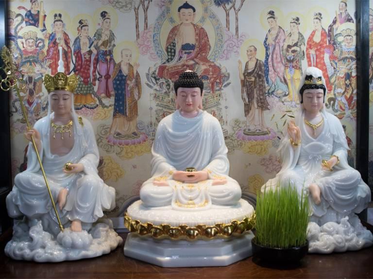 Khi thờ phụng, bạn cần đặt tôn tượng Thích Ca Mâu Ni Phật ở giữa, tượng bồ tát ở hai bên