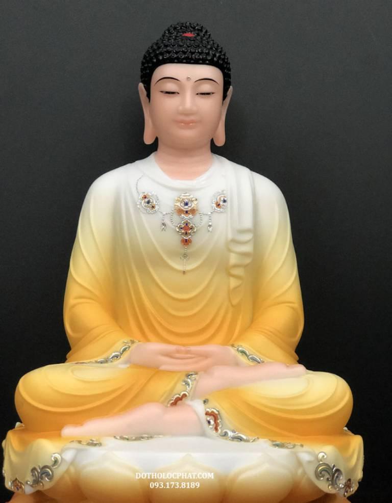 Phật Thích Ca Mâu Ni ở giữa của bộ tôn tượng Tam Thế Phật, Ngài là giáo chủ của cõi Ta Bà