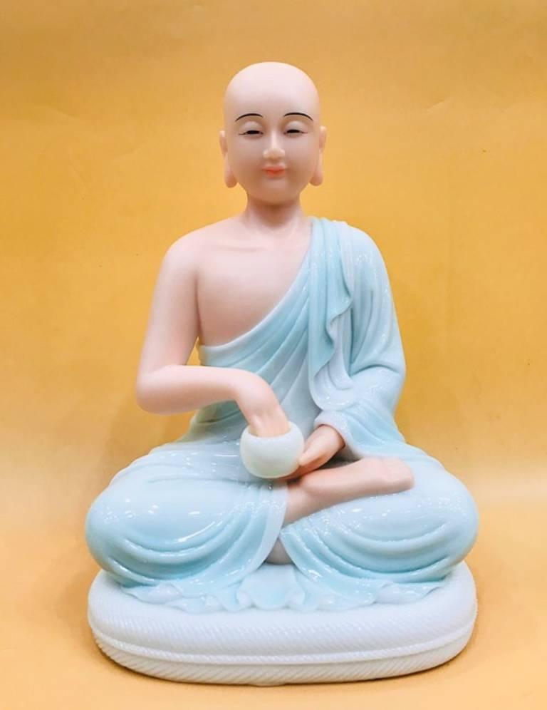 Thánh tăng Sivali nên đặt bên dưới tượng Phật, hướng về phía bên trái của bàn thờ Phật