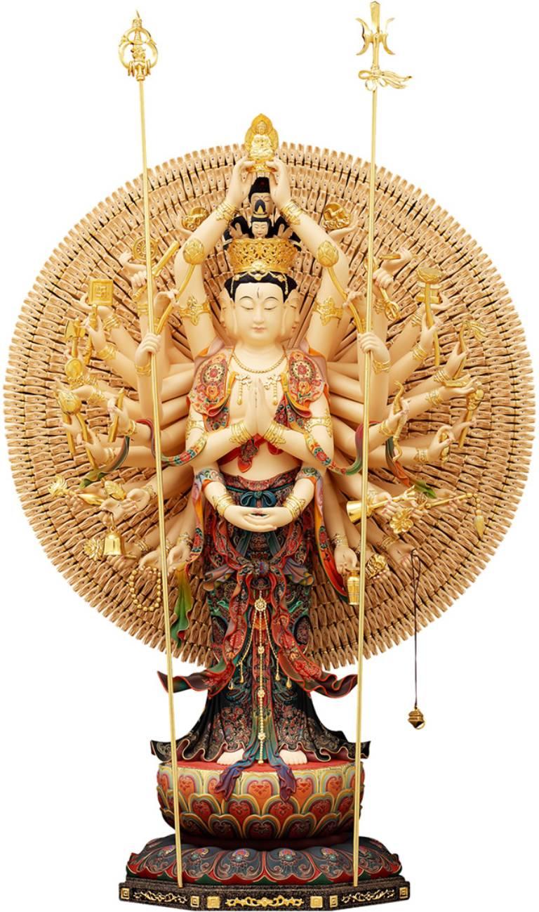 Thiên Thủ Thiên Nhãn Bồ tát có 38 tay bên cầm bảo vật, pháp khí biểu thị của nhà Phật