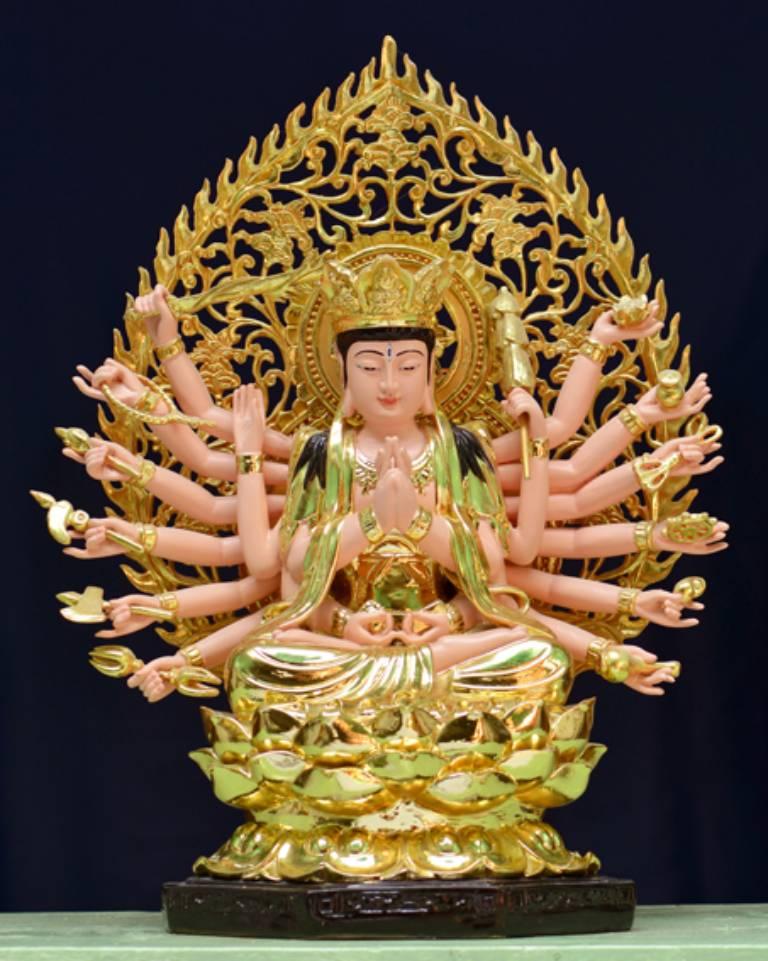 Tôn tượng Chuẩn Đề Bồ tát có hai tay trên chắp trước ngực bắt Chuẩn Đề Ấn, hai tay dưới bắt Tam Muội Ấn