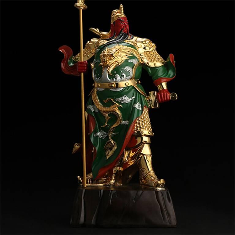 Tượng Quan Công trấn ải tay cầm Thanh Long Yển Nguyệt Đao chống xuống đất