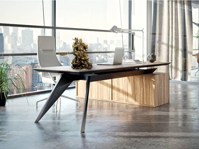 Đặt tượng Quan Công trên bàn làm việc có thể mang đến may mắn, giúp gia chủ suôn sẻ hơn trong công việc