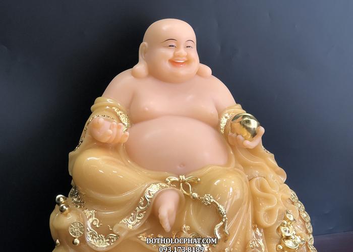 Tượng Phật Di Lặc tay nâng thỏi vàng giúp mang đến may mắn, tài lộc cho gia chủ