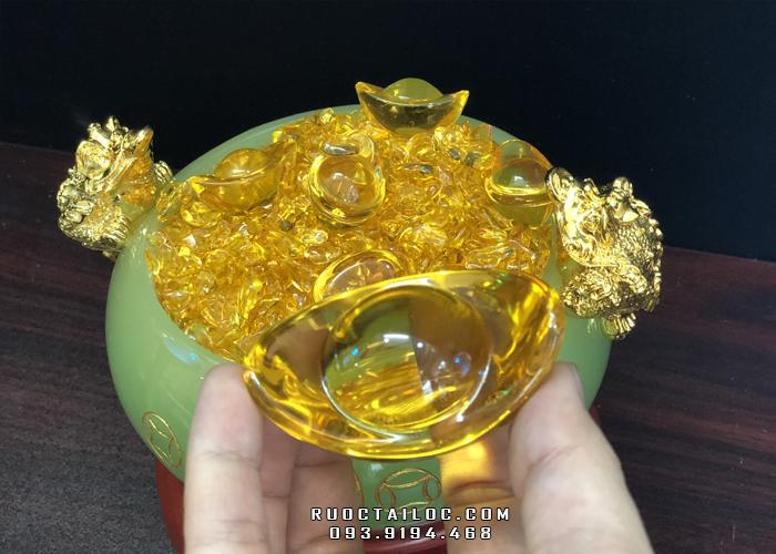 Trong bát tụ bảo thường chứa vàng bạc, châu báu, thỏi vàng để mong cầu của cải, tài lộc