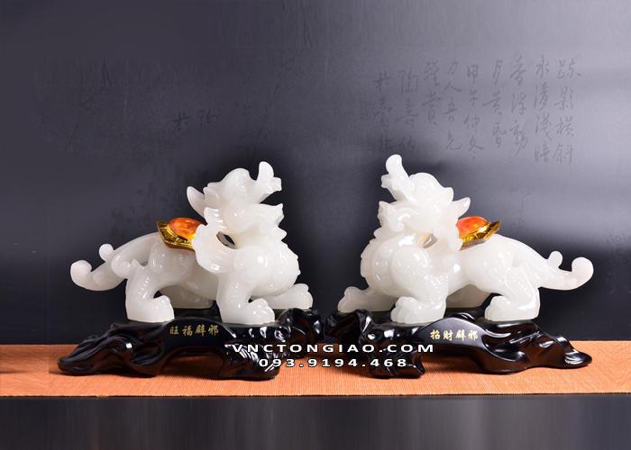 Người mệnh Thuỷ đặc biệt thích hợp với những mẫu Tỳ Hưu có màu trắng, màu ghi, màu xám rồi đến màu xanh dương, màu đen