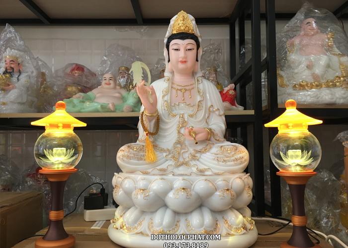 Phật Bà Quan Âm ở Việt Nam thường được thể hiện ở thân nữ, tay cầm thùy dương liễu và tịnh bình chứa nước cam diệu lồ